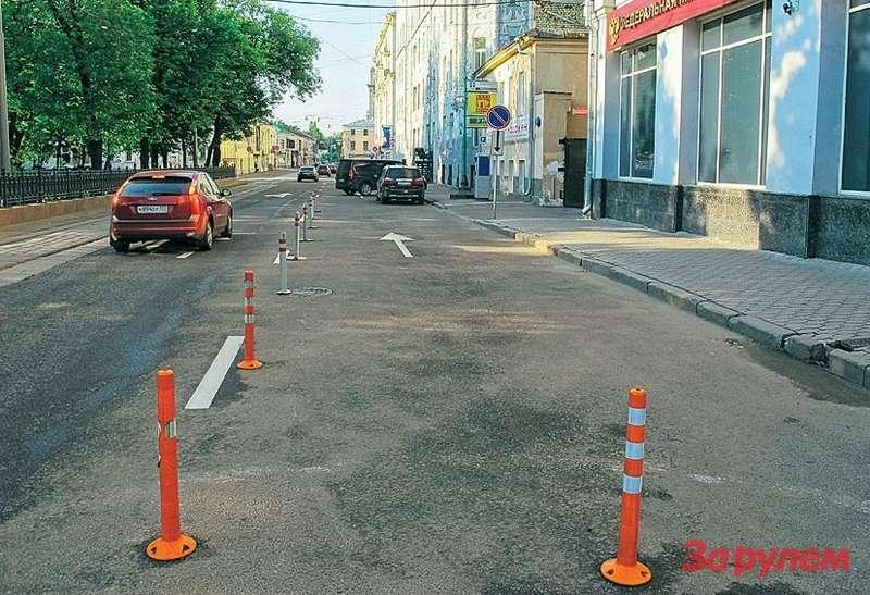 Чистопрудный бульвар. ФМС России выгородила себе местечко. Почему городские управленцы неубирают столбики? Боятся. Анас— нет.