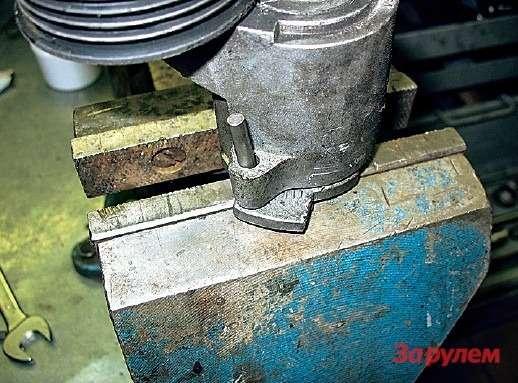 Автоматический натяжитель поликлинового ремня взведен иготов кустановке надвигатель. Вкачестве штифта использовали 5-миллиметровый ролик отигольчатого подшипника, носгодится иобычный гвоздь.