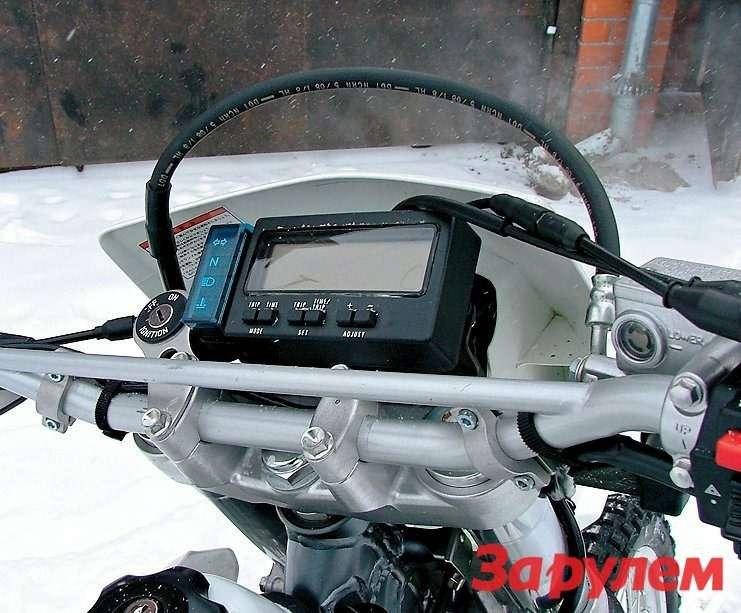 Электронная приборка DR-Z400 может похвастаться многими полезными функциями.
