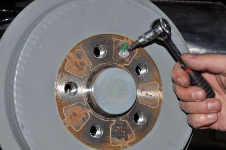 менять лампу тормоза фольксваген