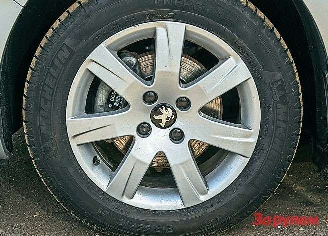 Литые 16-дюймовые колеса выглядят незатейливо— врознице можно подыскать что-нибудь поизящнее.