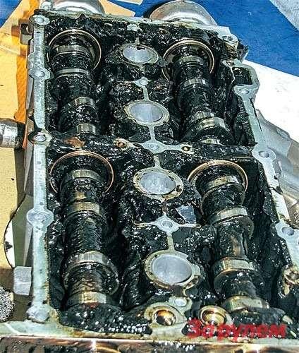 Головка блока отпострадавшего «Фольксвагена-Тигуан». Менее чем за3000км пробега масло превратилось вжуткую бодягу.