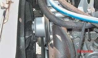 Вместо электромагнитной муфты быва- лые шоферы ставят электровентилятор
