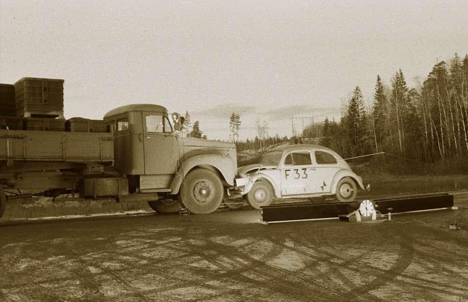 Краш-тест грузовика Scania и«жука», 1965г. Смая 1948 года Scania-Vabis начала представлять интересы Volkswagen вскандинавских странах. История благополучно закончилась приобретением концерном Volkswagen 70,94% акций компании Scania ABвнаши дни