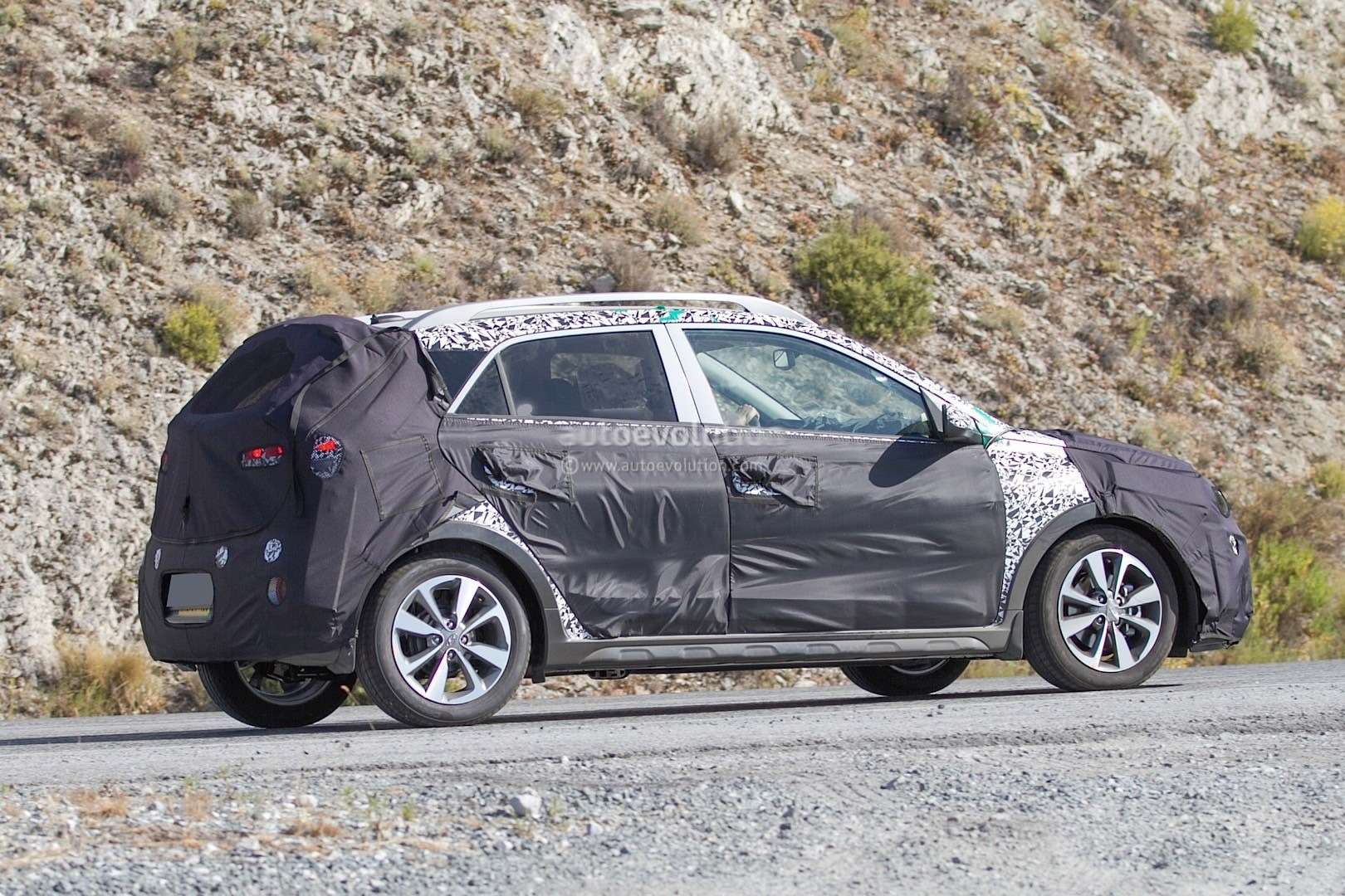 hyundai-i20-cross-test-mule-spotted-in-southern-europe-it-might-become-a-global-model-photo-gallery_5