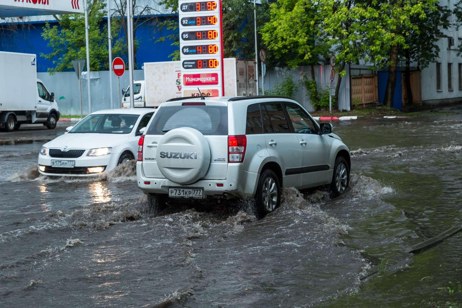 Москву залили дожди, машины поплыли. Фоторепортаж ЗР— фото 770697