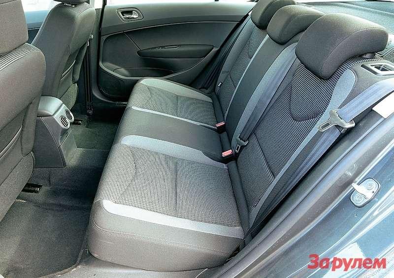 «Пежо-408» - лимузинный простор! Жаль, центральный подлокотник не предлагается даже как опция.
