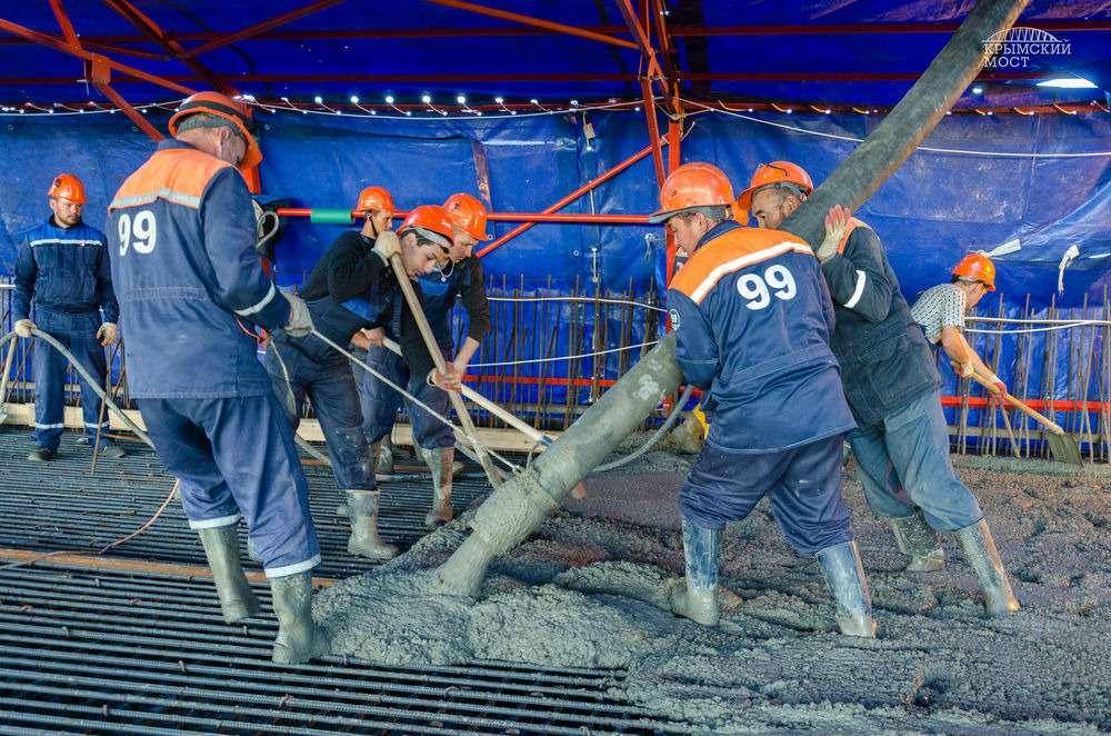 Сформирована первая плита вКерченском мостовом переходе— фото 653386