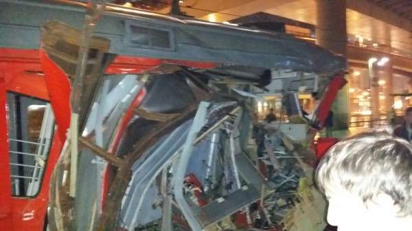 В Москве автокран упал наэлектричку