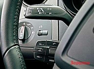 Подрулевой блок управления магнитолой «Ибицы» (на«Ситроене» аналогичный справа) удобен неменее, чем кнопки наруле.