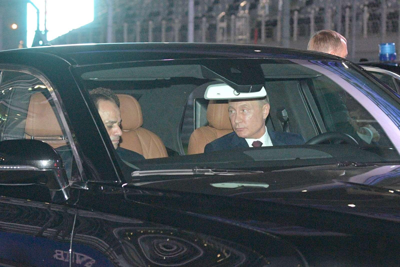 Владимир Путин сел заруль седана Аурус Сенат— фото 915217