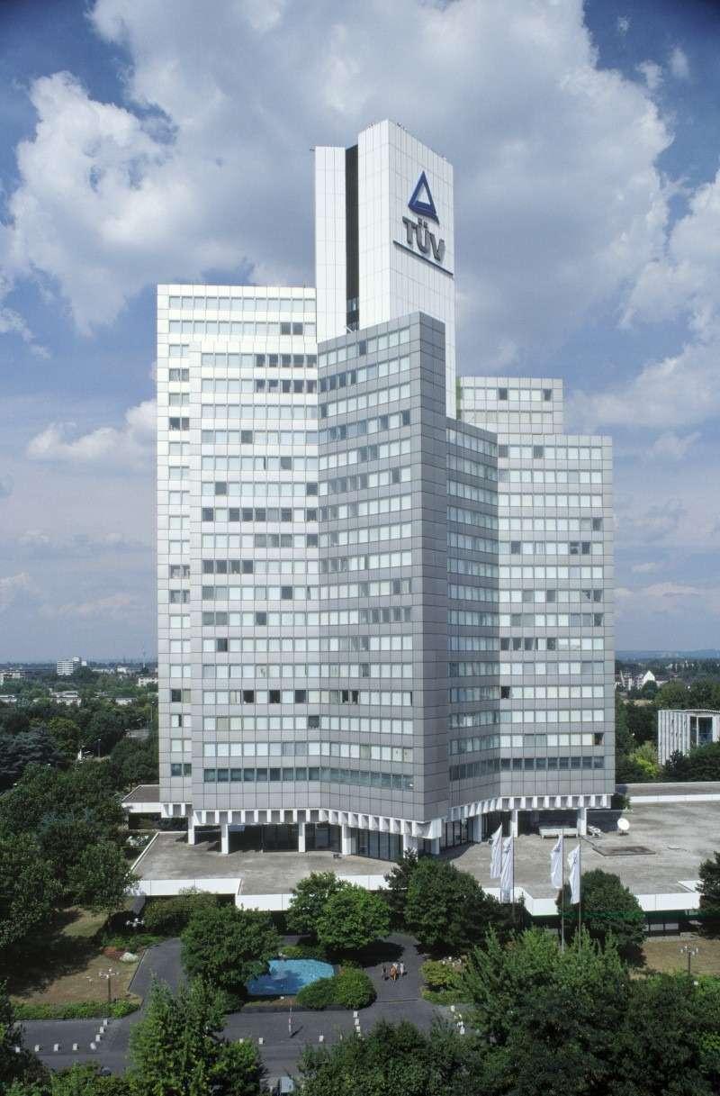 TÜV— солидная организация. Чтобы убедиться вэтом, достаточно взглянуть наееголовной офис вРейнской области. Фото: TÜV-Rheinland