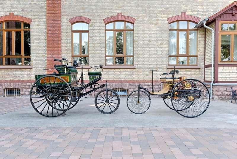 Уникальный экземпляр изсобрания The Science museum вЛондоне рядом содной измногочисленных копий Benz Patentwagen возле музея Карла Бенца вЛандебурге