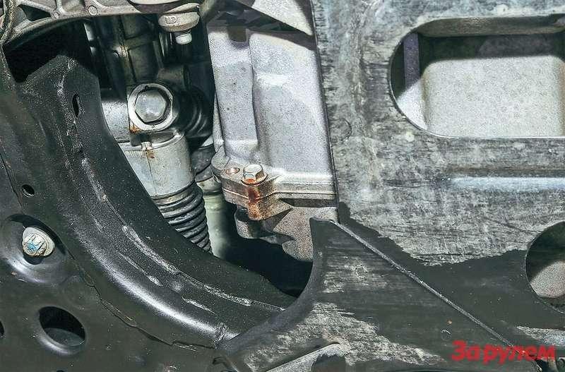 Течь масла из АКП «Кобальта» оказалась несущественной, однако ее хватило, чтобы забрызгать маслом днище и подвески.