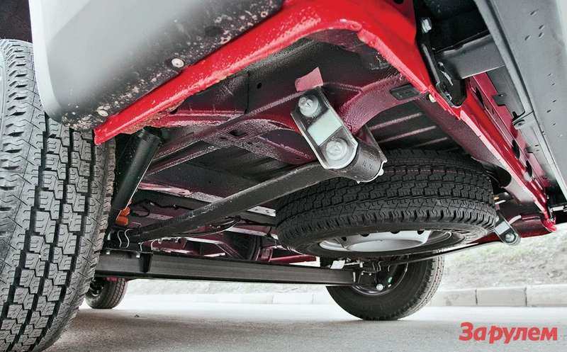 Запасное колесо закреплено подполом кузова вкорме. Его лебедка, увы, ненадежна— обязательно проверьте исправность еередуктора