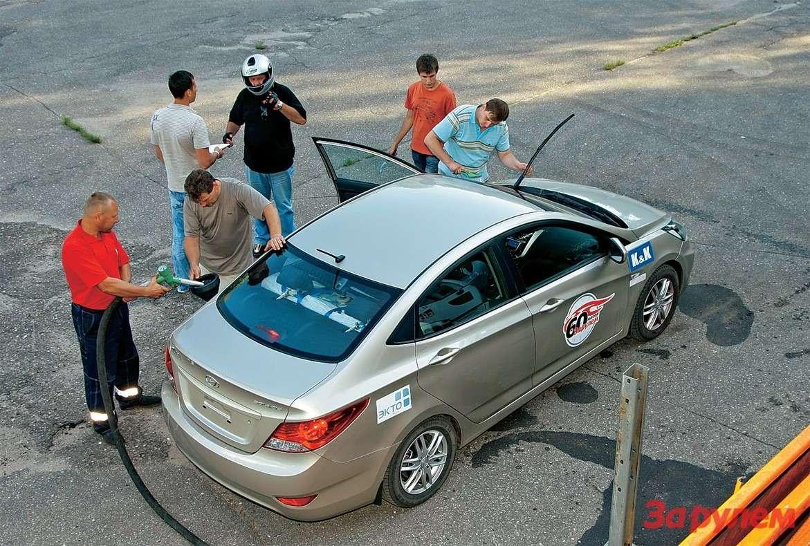 Нашпит-стоп, конечно, мало напоминает Формулу‑1. Зато успеваем нетолько заправить машину, ноисменить водителя.