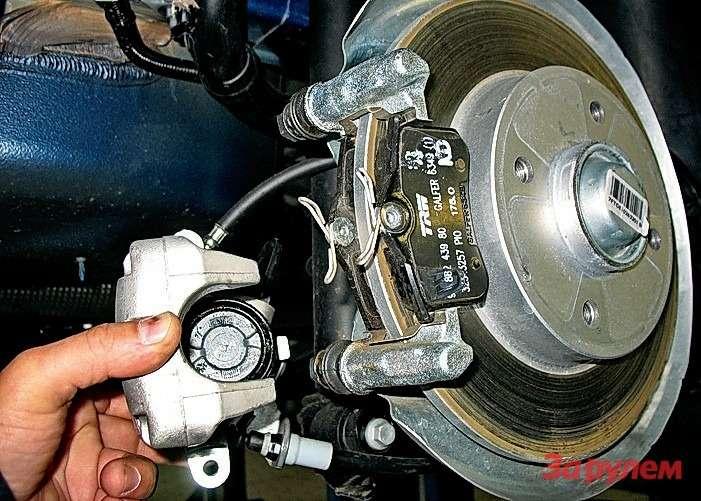 Peugeot 308: Поршни задних механизмов невдавливаем, авкручиваем (собеих сторон— почасовой стрелке). Если намерены обслуживать машину самостоятельно, купите соответствующее приспособление.