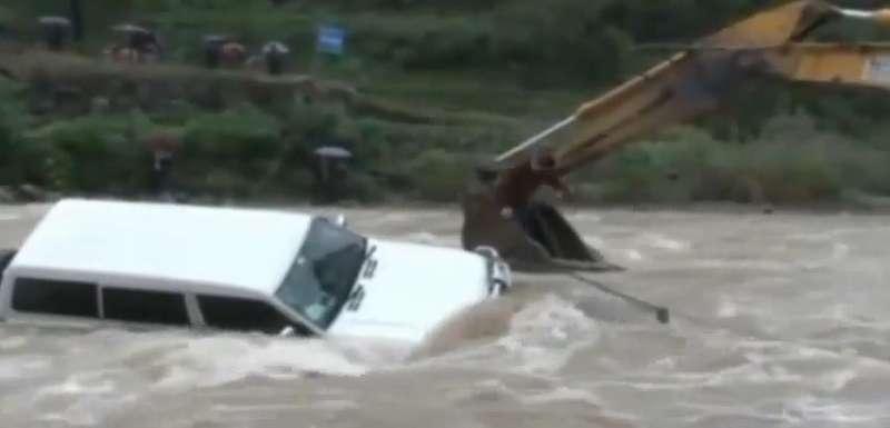 Экскаватор спас водителя изтонущего автомобиля
