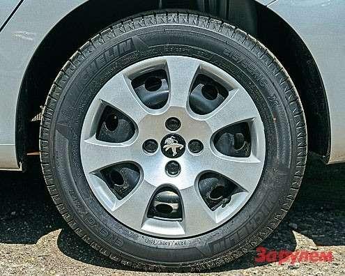Штампованные колеса сдекоративными колпаками сгодятся длязимней резины. Налето жеможно прикупить симпатичное литье.