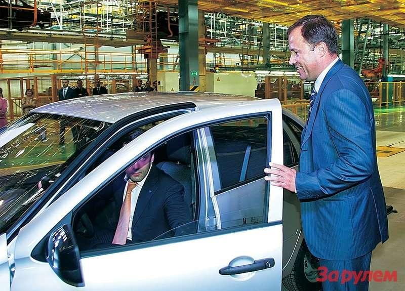 Первую «Ладу-Гранта», сделанную на Ижевском автозаводе, принимает президент Группы «АВТОВАЗ» Игорь Комаров.