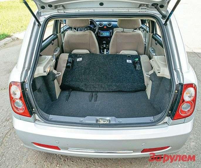 Приразложенном заднем диване объем багажника «Смайли»— лишь 168л (позамерам ЗР), однако, сложив монолитную спинку, пространство можно ощутимо увеличить.