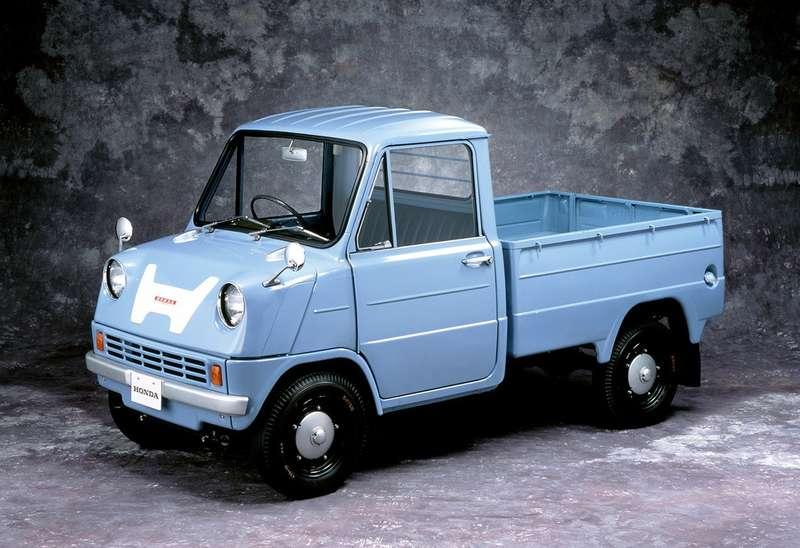 Honda T360 1963 года оснащался 360-кубовым двухцилиндровым четырехтактным мотором… сдвумя верхними распределительными валами идвумя карбюраторами— посути, двигателем гоночного мотоцикла. Онвыдавал 30л.с. при 8500 об/мин. Привод наведущую заднюю ось осуществлялся цепями, кожуха которых играли роль продольных рычагов задней подвески