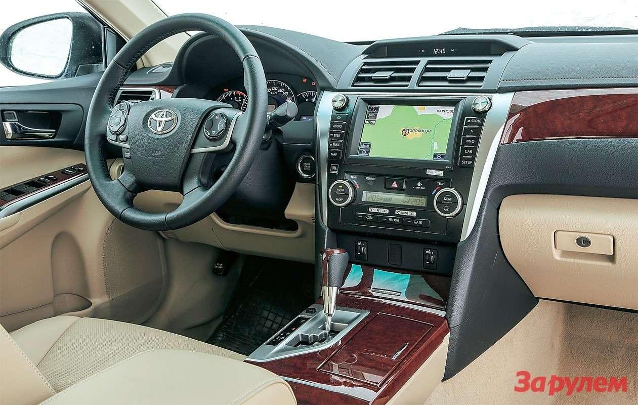 Сдержанный интерьер «Тойоты» хорошо собран, номатериалы невысшего сорта.