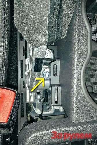 Чемдешевле, тем проще! Отрегулировать ручник втрадиционном исполнении не составит особого труда. Для доступа крегулировочной гайке(желтая стрелка) достаточно снять одну накладку.