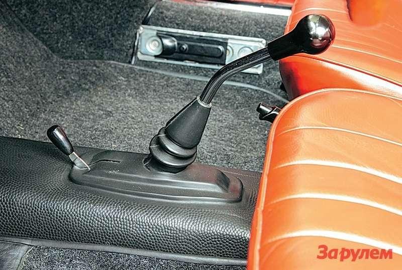 Porsche 911 Рядом срычагом коробки передач рычажок воздушных заслонок карбюраторов.