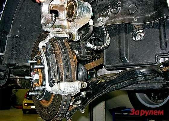 Hyundai Tucson: Меняя передние колодки, выкручиваем ключом «на14» нижний болт направляющей, придерживая ееключом «на17». Накаркас внутренней колодки ставим новую пластину изрем-комплекта.