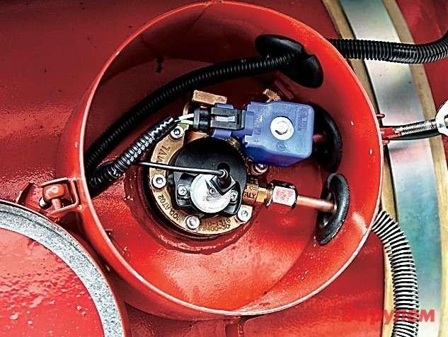 Внутри защитного кожуха, расположенного набаллоне дляхранения газа,— мультиклапан. Онпозволяет заполнять баллон сжиженным газом, подавать его через магистраль кредуктору-испарителю иперекрывать выход газа избаллона вслучае повреждения газовой магистрали.