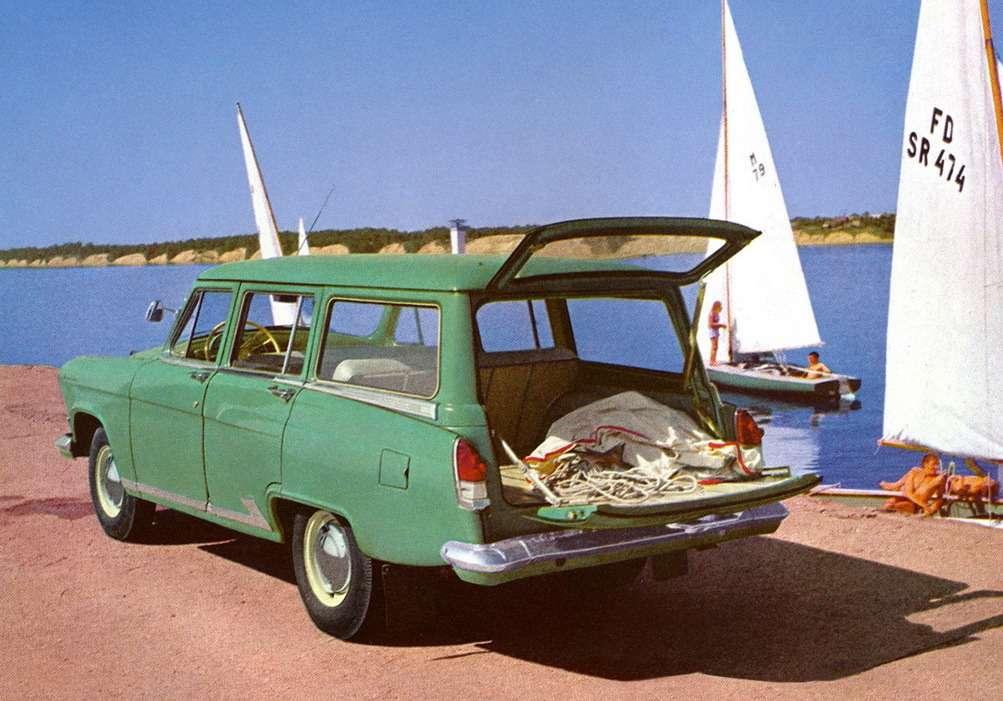 """Универсал ГАЗ М-22 пошел впроизводство в1962 году. Масса автомобиля посравнению сбазовой моделью выросла на80кг, грузоподъемность— на125кг. Вместимость багажного отделения при полностью сложенных сиденьях заднего ряда составляла 2100 литров. Из-за увеличенной нагрузки взаднем мосту автомобиля устанавливались усиленные рессоры. Поначалу автомобиль обували вшины 6,70-15"""" ввиду неосвоения шин 7,10-15"""". Финский импортер Konela разработал восьмиместный универсал набазе ГАЗ-22"""