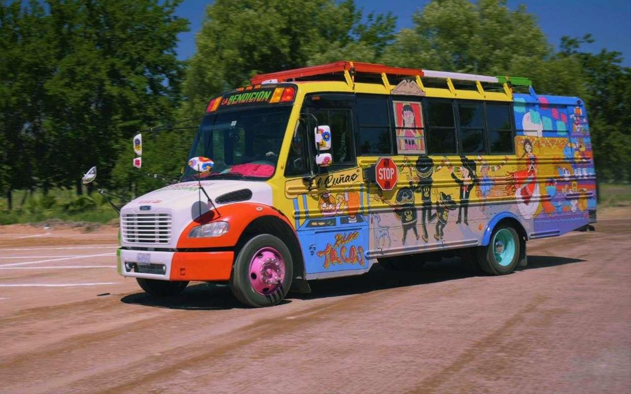 Мексиканцы приехали вМоскву наЧМ-2018на расписном автобусе— фото 878396