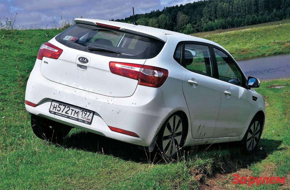 Наразбитом проселке у«Киа» мало конкурентов среди легковых автомобилей. При штурме данного препятствия заднее левое колесо висело ввоздухе.