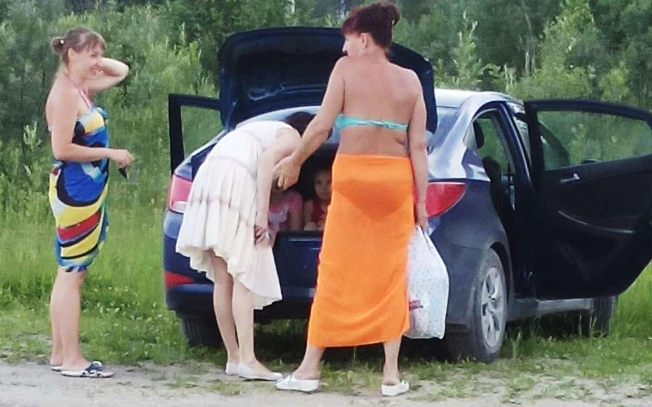 Мама сбабушкой возили детей напляж… вбагажнике— фото 883817