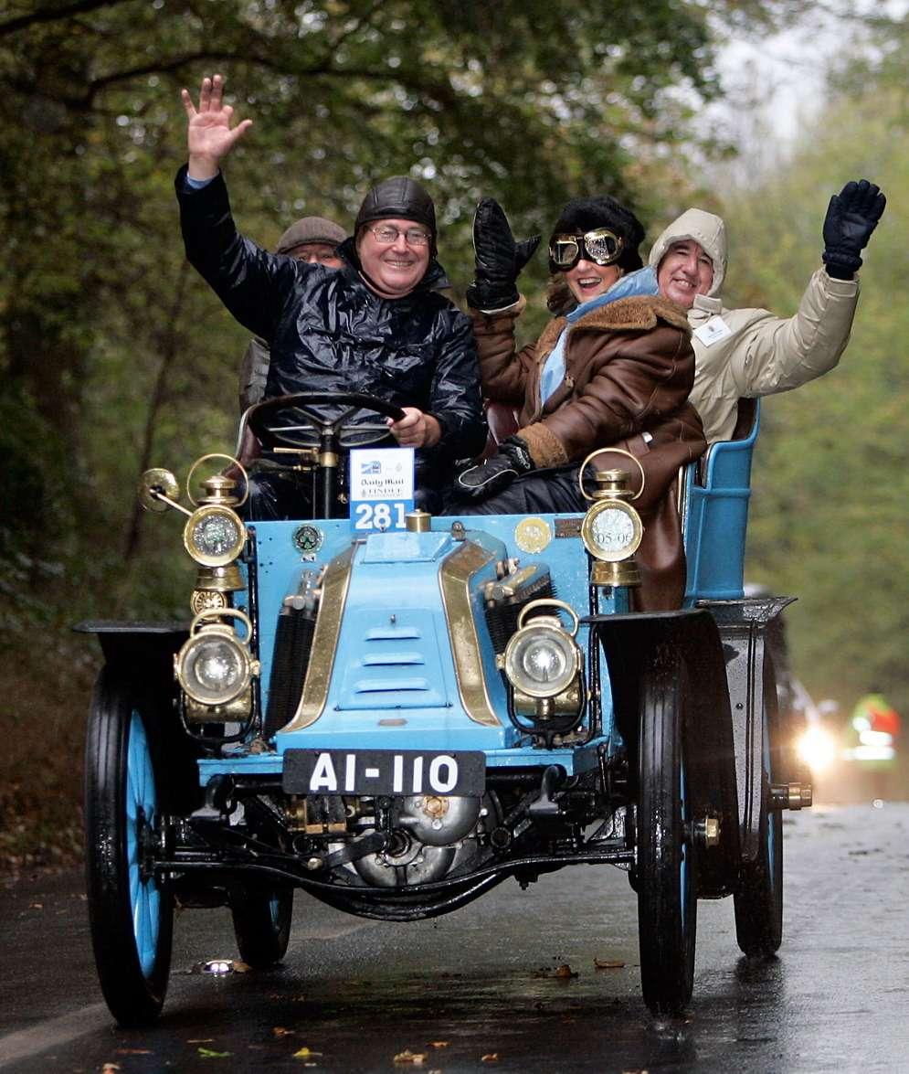 Нагонку «Лондон— Брайтон» допускаются автомобили выпуска до1905 года. ВВеликобритании регистрационные знаки присваиваются машинам навесь срок службы, поэтому тоже являются достопримечательностью. Наснимке— Renault 10HP 1903 года. Фото: www.newspress.com