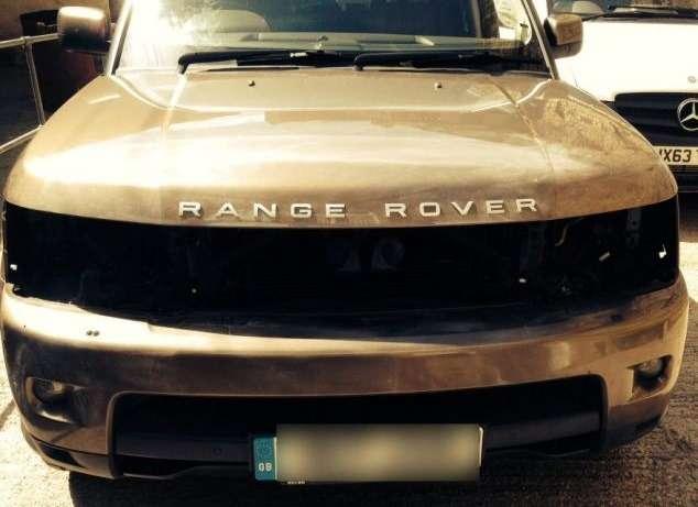 Воры снимают светодиодные фары Range Rover длявыращивания конопли