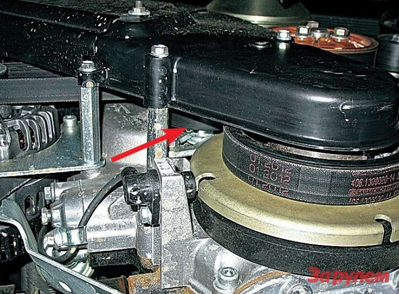 Видснизу напереднюю часть дизеля: поверх поликлиновых ремней установлен зубчатый, ондляпривода ТНВД. Ролик ремня генератора иходовой винт оказались подпластиковым кожухом.
