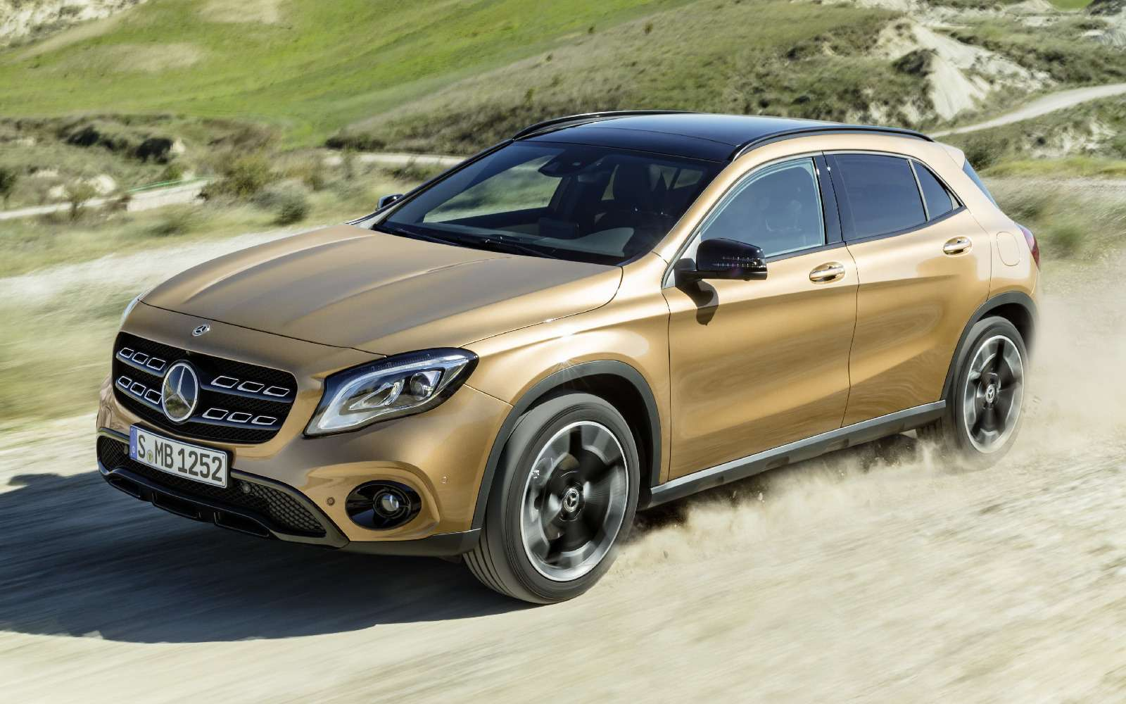 Mercedes-Benz GLA стал краше, нонепросторнее— фото 690068