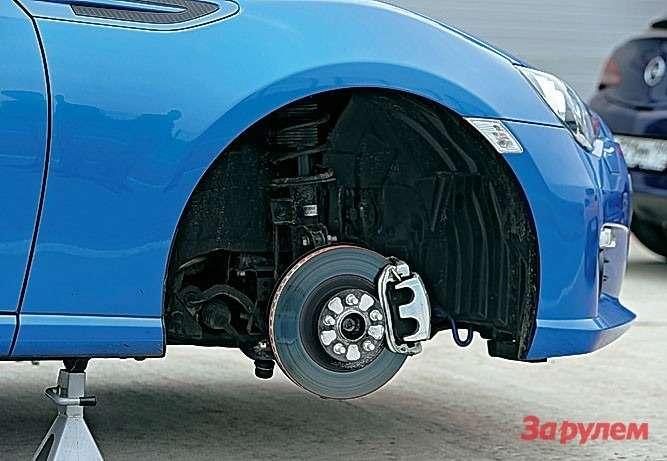 Даже вотносительно небольших 17-дюймовых колесах легко прячутся тормозные механизмы— суппорты сплавающей скобой, диски 294×24мм спереди и290×18мм сзади.