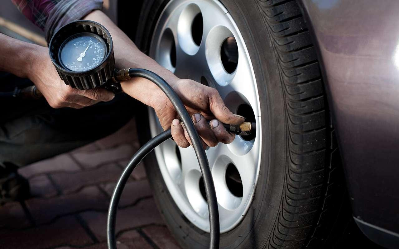 При проверке давления в колесе часть газа неизбежно выходит. Восполнить упущенный азот можно только с помощью специализированного оборудования.