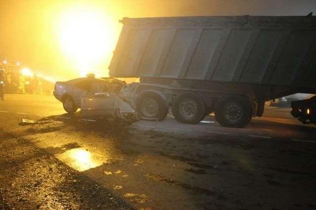 В Краснодарском крае ночью вовторник  автомобиль Mercedes-Benz врезался вгрузовик, врезультате ДТП погибли водитель ичетыре пассажира иномарки