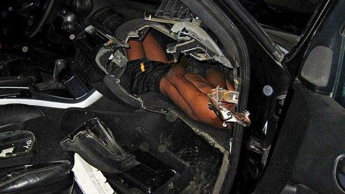 Беженец спрятался внеобычном месте вавтомобиле, чтобы пересечь границу