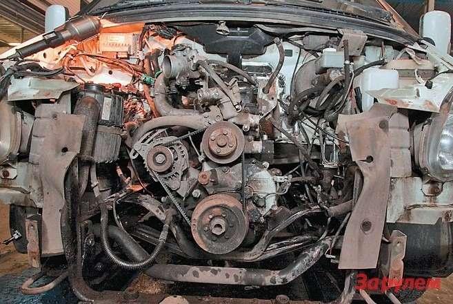 Чтобы извлечь двигатель, приходится снимать бампер ирешетку радиатора