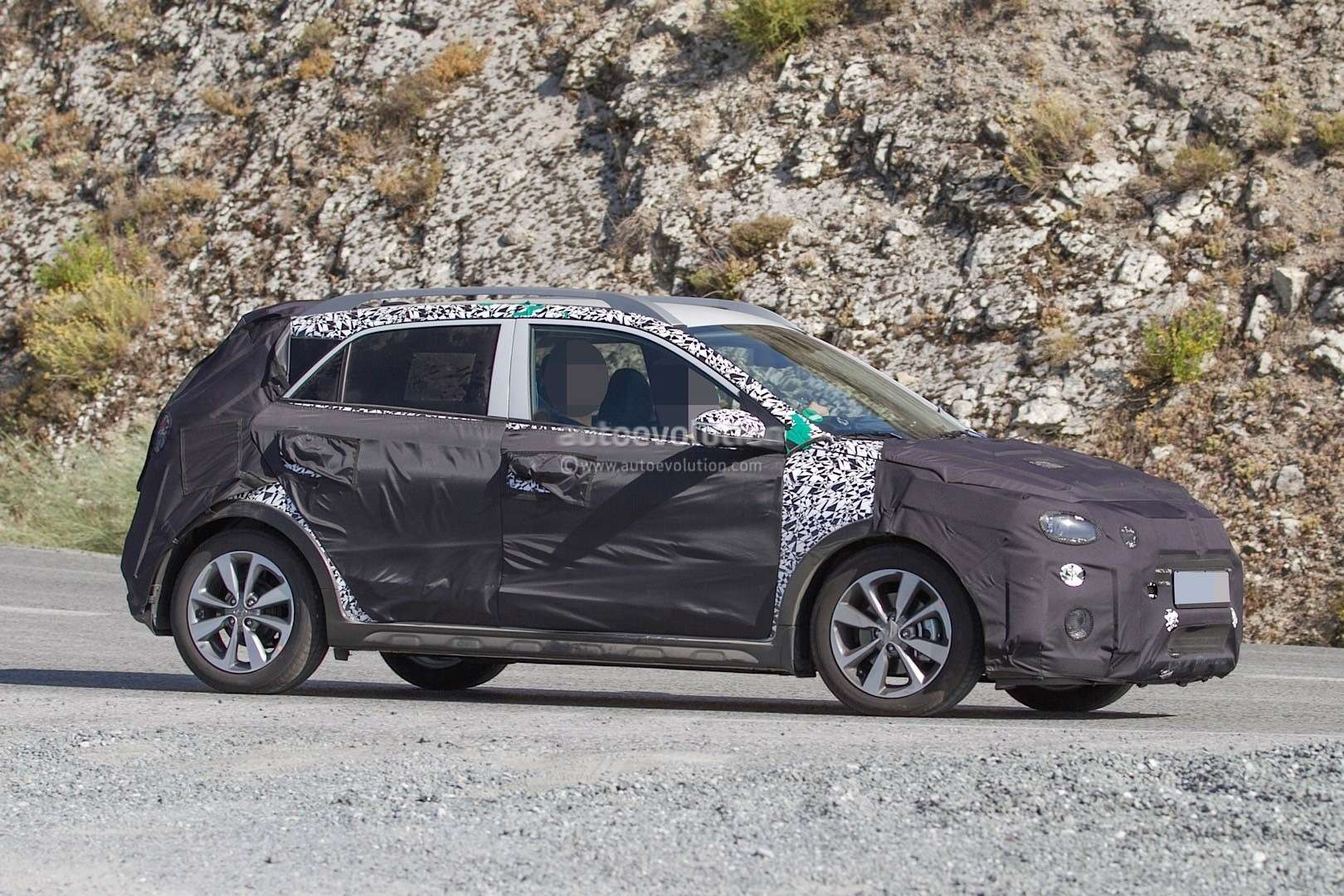 hyundai-i20-cross-test-mule-spotted-in-southern-europe-it-might-become-a-global-model-photo-gallery_4