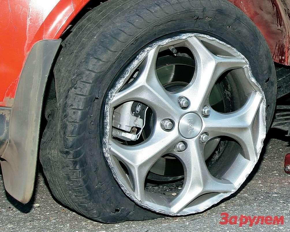 Результат неосторожной езды побулыжнику: шина вклочки, диск вдребезги. После этого случая темп движения поплохой дороге решили снизить.