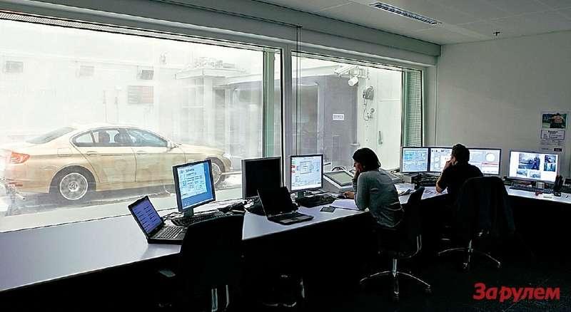 Длякорректности замеры проводят влабораториях, набеговых барабанах. Операторы задают нужные условия иконтролируют работу водителя-испытателя. Иногда человека, сидящего зарулем, подменяет автоматика.