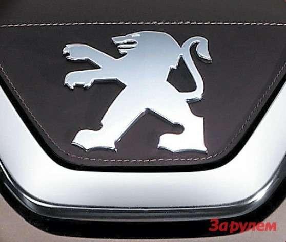 С обновлением 308-го  наего капоте появилась и«модернизированная» эмблема— лев стал рельефным, черная сетчатая подложка— ровной,  глянцевой.