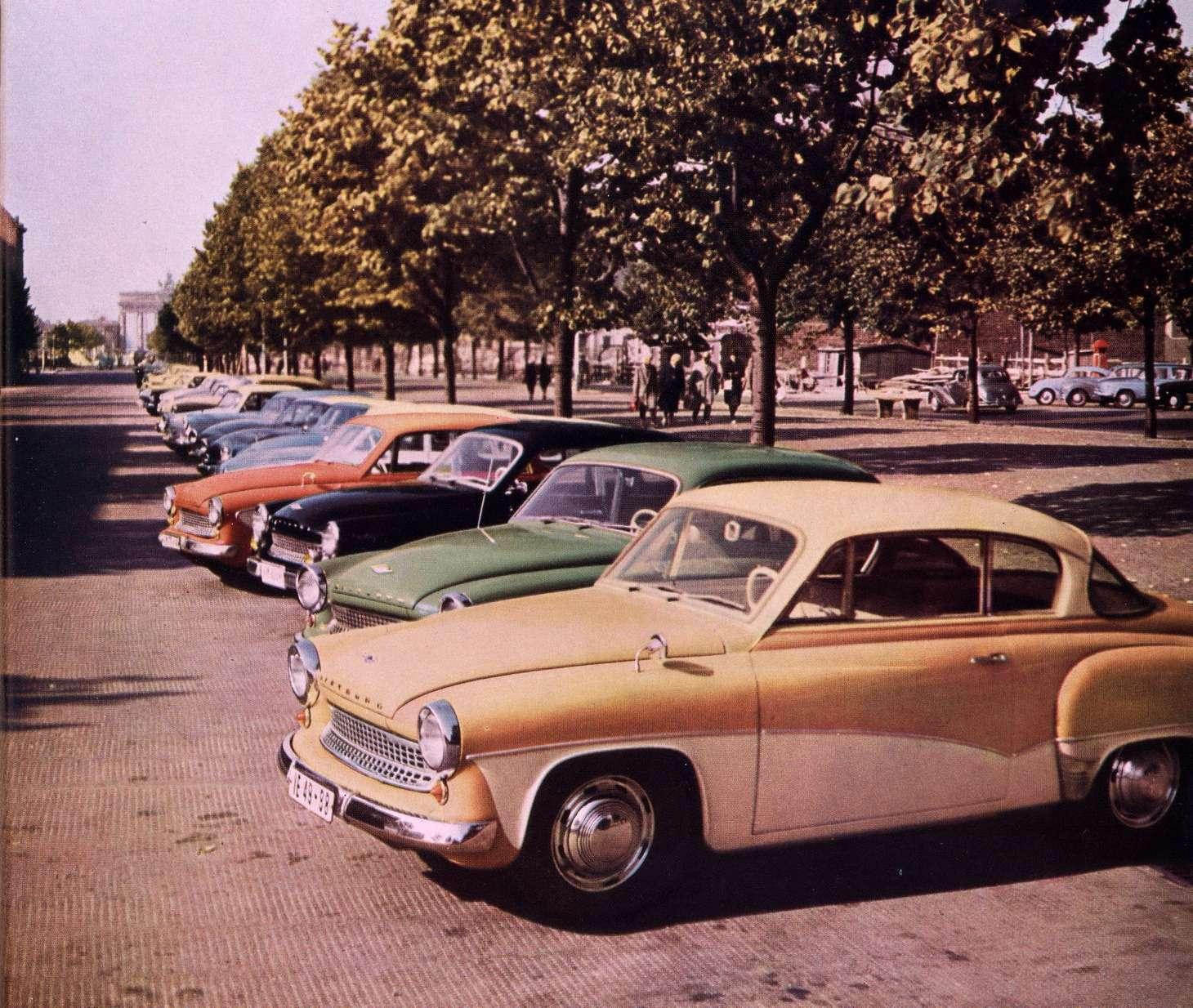 Первой моделью, вновь получившей название Wartburg, стала в1955 году AWE-311. Без преувеличения, это был самый красивый легковой автомобиль восточного блока. ВСССР все еще делали «Победу»…Снимок сделан вБерлине наУнтер-ден-Линден, напротив советского посольства