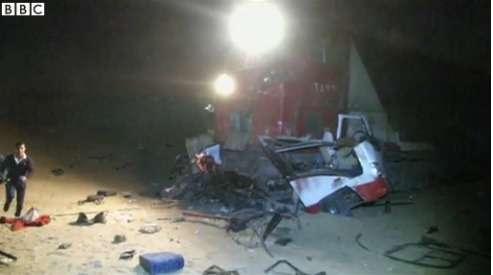 В Египте сегодня утром товарный поезд врезался вдва автомобиля, которые выехали нажелезнодорожный переезд, несмотря назакрытый шлагбаум. Врезультате столкновения, поменьшей мере 30человек погибли, иоколо 28получили ранения